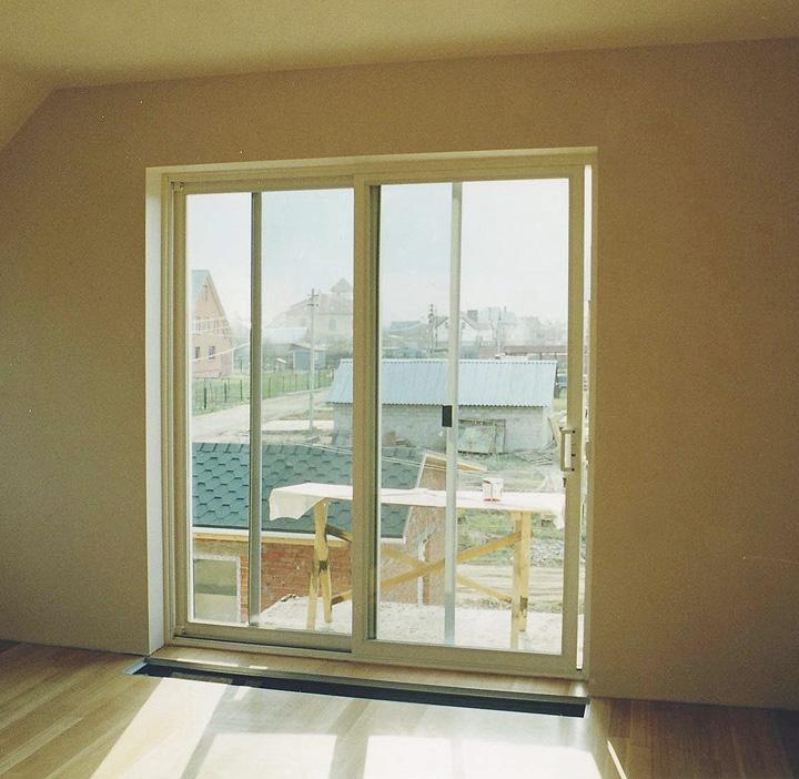 Дверь на лоджию вместо окна.