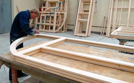 Этап производства окон из дерева.